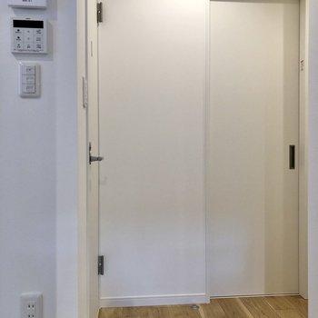 左のドアの先へ。※写真は2階の同間取り別部屋のものです