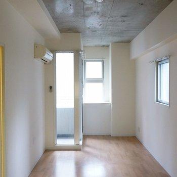 天井は威勢の良い、剥き出しコンクリート。※写真は類似間取り・別部屋のものです。