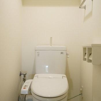 ペーパーホルダーは2個あるので紙切れ防止に一役買います。※写真は類似間取り・別部屋のものです。