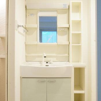洗面台隣の収納棚に感謝。※写真は類似間取り・別部屋のものです。