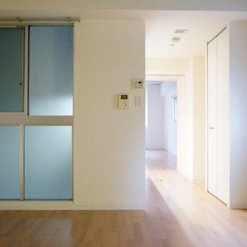 吹き抜けの窓は換気用に。※写真は類似間取り・別部屋のものです。