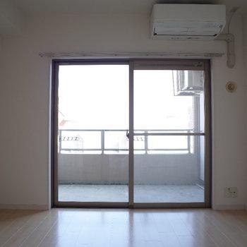 お部屋の大きな窓、北東は暑すぎずイイ。(※写真は10階の同間取り別部屋のものです)