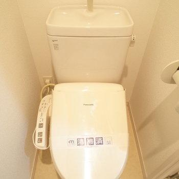 トイレは洗面台の奥に!(※実際ウォシュレットは付いていません)