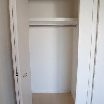 洋室の収納スペースは奥行きしっかり。(※写真は10階の同間取り別部屋のものです)