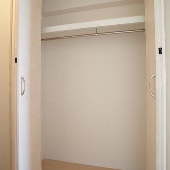 コートなどお出かけ必要なものはこちらへ(※写真は10階の同間取り別部屋のものです)