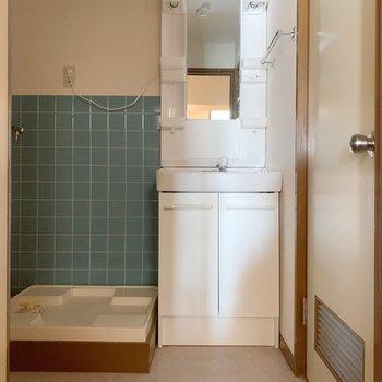 水色のタイルがかわいい脱衣所。右にはトイレがあります。