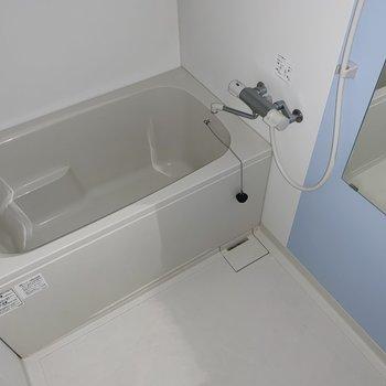 こちらも水色でした◯棚が付いていたので収納も楽々(※写真はフラッシュ撮影をしています)