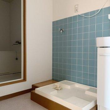 左には洗濯機置場、奥にはお風呂があります。
