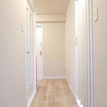洋室を出て真っ直ぐ進むと玄関。