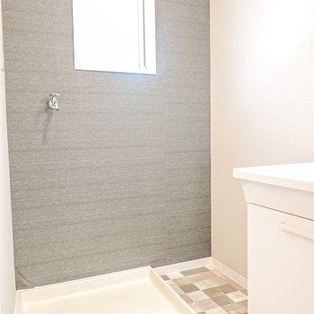 左手には洗濯パン。窓があるから明るく、床のタイル模様も素敵。
