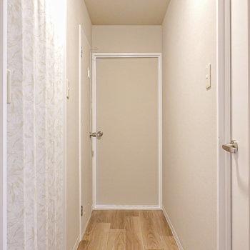 廊下に出て右へ。左手前が脱衣所、奥がトイレ、正面が洋室。