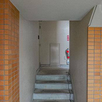お部屋はエントランス入って少し階段を上がってすぐ左です。