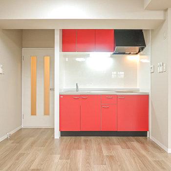 真っ赤なキッチン!左手に廊下へのドアがあります。