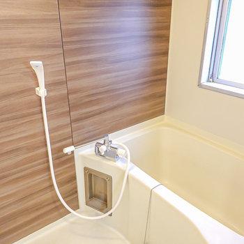 お風呂は木目調のパネルで落ち着く空間に。