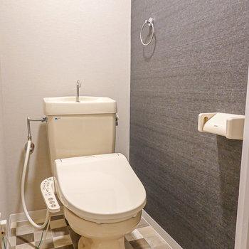 脱衣所と同じ内装のトイレ。ウォシュレット付きが嬉しい。