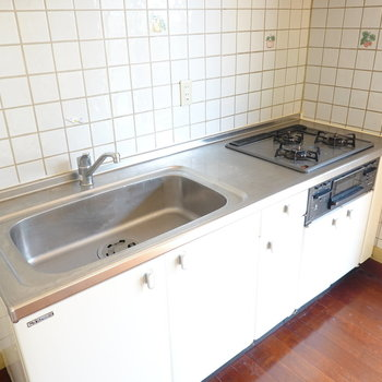 シンクが広めで洗い物を溜めておけますね。