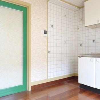 冷蔵庫置き場は左側に。グリーンに縁取られた引き戸が面白い◎