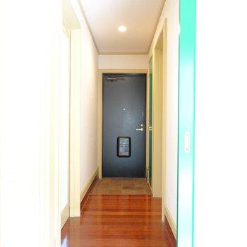 グリーンのドアから廊下へ。脱衣所は右手に。