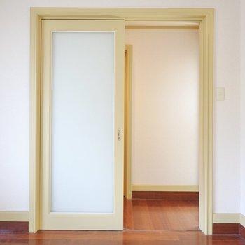 左のドアから廊下へ。