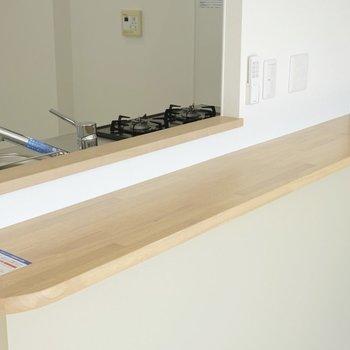 カウンターはインテリアを置く場としても、テーブルとしても使える。