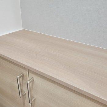 靴箱上のスペースには、鍵置きや有孔ボードがあると便利そう。