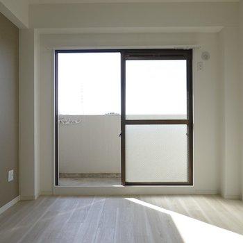 お部屋はフルリノベ済みのナチュラルインテリア!しかも南向きだからぽっかぽか。