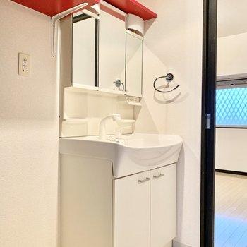 独立洗面台は3面鏡でしっかり身だしなみチェック◎