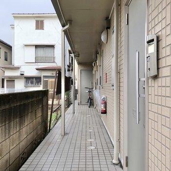 お部屋は正面にあるドアからです。