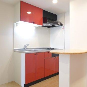 キッチンは、情熱の赤!冷蔵庫は左手に置けます。