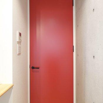 リビングと廊下を繋ぐドア。ここも情熱の赤!