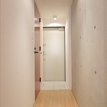 真っ直ぐに伸びた廊下。ここもコンクリだから生活感がないね。
