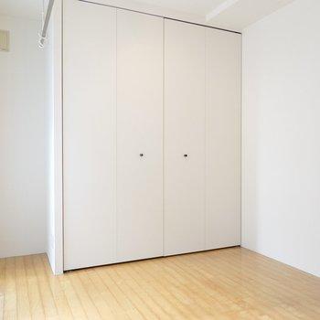 洋室は打って変わって優しい印象。パイン材の家具が似合うんじゃないかな。