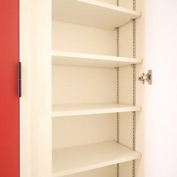 靴箱は可変棚で、サイズの大きい靴も難なく入りそう。