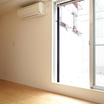 窓際でとても明るい。ここで毎朝目覚めたい。