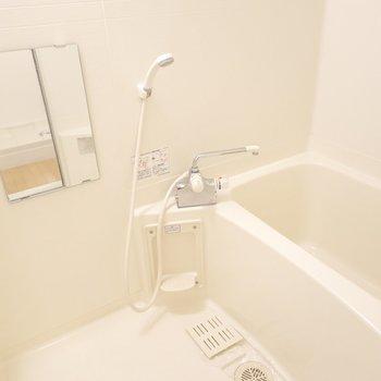 お風呂はシンプルですが、どこか安心感のある雰囲気。