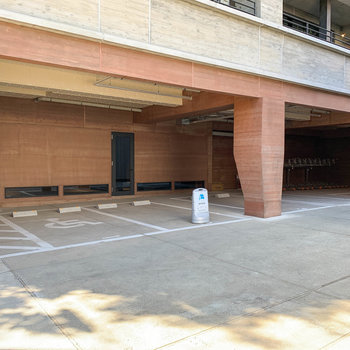 駐車場にはEVのシェアカーが一台あります。