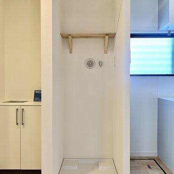 洗濯機は玄関横です。