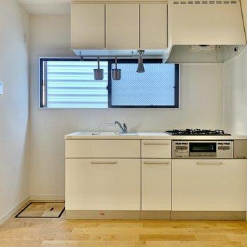 キッチンは白。小窓もついて換気もできますね。