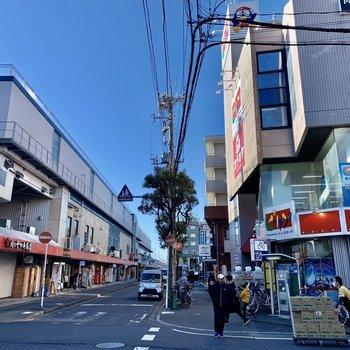 駅前には飲食店やスーパーもあり便利そう。