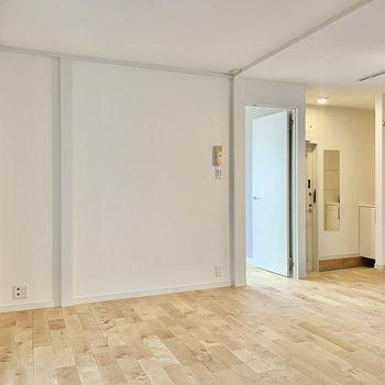 【LDK】玄関側。窓横にはテレビが置けます。