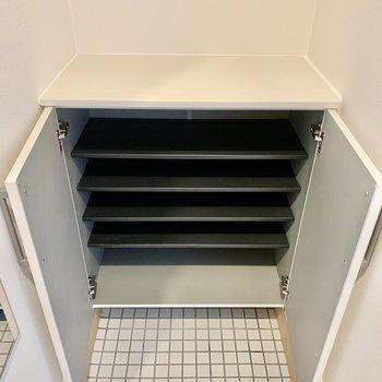 シューズボックスは1段につき3〜4足入りそう。上部に鍵も置けます。
