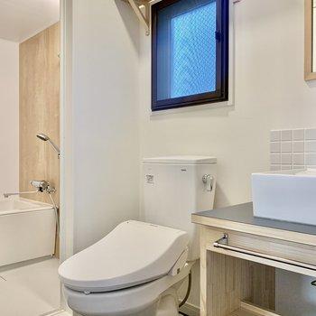 トイレはその横に。換気窓も付いています。