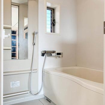 お風呂は浴室乾燥や暖房、追い炊きも付いていて機能充実。