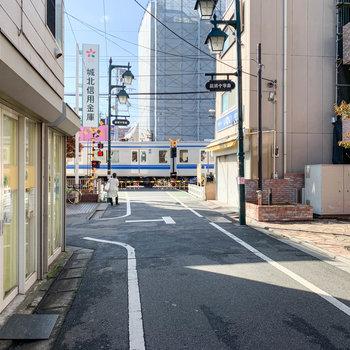 駅近なので、踏切もほどほどに近くです。