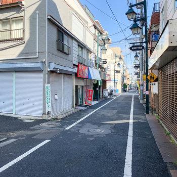 お部屋の前の通りです。開店前でしたがコーヒースタンドやお弁当屋さんがありました。