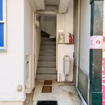 建物の小脇に入り口があります。