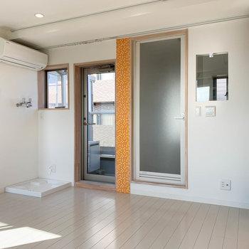 右にお風呂。隣の扉はベランダに続きます。