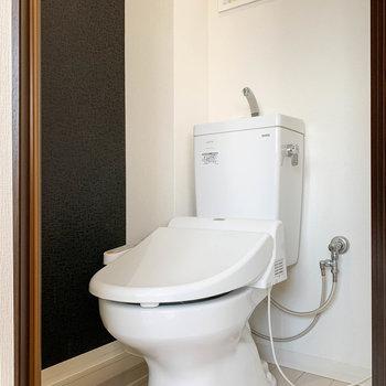 キッチンから右に、トイレがあります。温水洗浄便座付き。