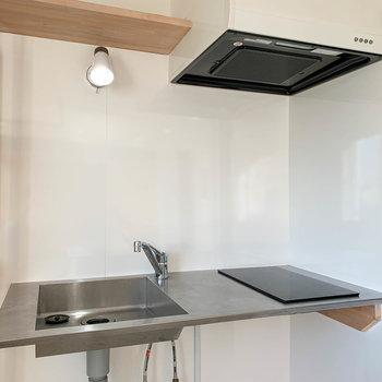 キッチンは二口IH。洗い物はマメにした方が良いかもしれませんね。