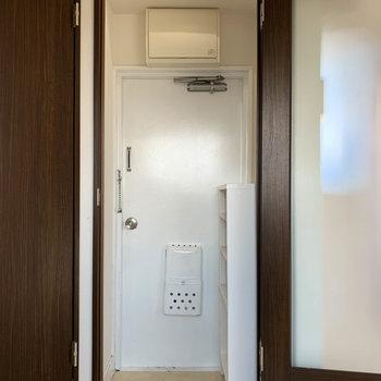 隣の扉を開けると、玄関スペースへ。
